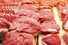 新肉块在屠户的 免版税库存照片