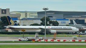 新航乘出租车在樟宜机场的波音777-300 库存照片
