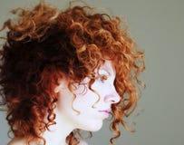 新色的头发多红色的妇女 库存照片