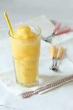 新芒果和西番莲果圆滑的人饮料 免版税库存图片