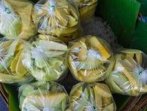 新芒果销售在市场上 免版税库存照片