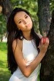 新苹果美丽的庭院藏品的妇女 库存照片
