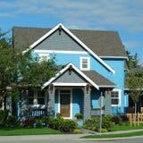 新蓝色明亮的外部家庭的房子 图库摄影