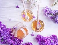 新蜂蜜天然泉淡紫色花compositionon木背景 免版税库存图片