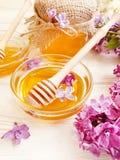 新蜂蜜自然淡紫色花compositionon木背景 免版税图库摄影