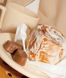 新被烘烤的桂皮卷 库存图片