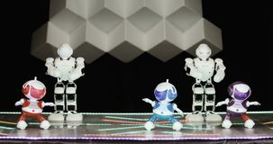 新西伯利亚俄罗斯- 01 22 2018年:有人的特点的机器人舞蹈 小组逗人喜爱机器人跳舞 关闭聪明的机器人舞蹈展示 股票录像