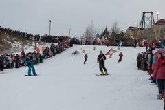 新西伯利亚,俄罗斯-在奥林匹克火炬传递期间, 12月7日,青年人在雪板运动下降。 图库摄影