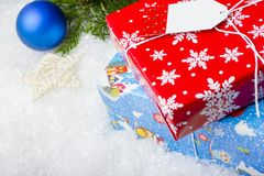 新西伯利亚,俄罗斯- 2017年12月15日:与空白的圣诞卡在您的文本下 在一个红色和蓝色框的礼物 Decorativ 免版税库存照片