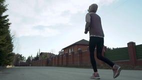新西伯利亚,俄罗斯- 2018年5月22日:女性赛跑在有高楼的小郊区镇在背景中 金黄 影视素材