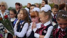新西伯利亚,俄罗斯- 2017年9月1日:孩子上学在学年的第一天 1仪式开花学生9月 股票录像