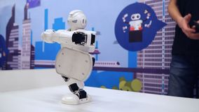 新西伯利亚,俄罗斯- 2018年2月21日:显示锻炼体育的有人的特点的机器人 股票视频
