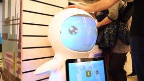 新西伯利亚,俄罗斯- 2018年2月21日:机器人学商展 人接触机器人玩具4K 股票录像
