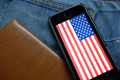 新西伯利亚,俄罗斯- 2016年12月13日:美国的旗子iphone的苹果计算机 免版税库存图片