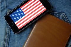 新西伯利亚,俄罗斯- 2016年12月13日:美国的旗子iphone的苹果计算机 免版税图库摄影