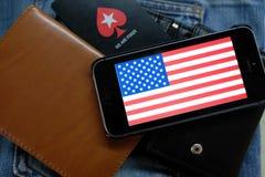 新西伯利亚,俄罗斯- 2016年12月13日:美国的旗子iphone苹果计算机和商标的Pokerstars 免版税图库摄影