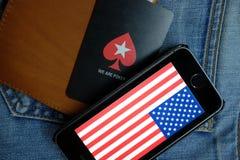 新西伯利亚,俄罗斯- 2016年12月13日:美国的旗子iphone苹果计算机和商标的Pokerstars 库存照片