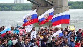 新西伯利亚,俄罗斯- 2017年6月12日:走与旗子的许多人民在集会 股票视频