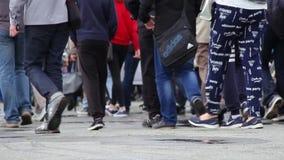 新西伯利亚,俄罗斯- 2017年6月12日:走在街道上的人人群  股票视频