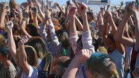 新西伯利亚,俄罗斯- 9月4,2016 :人们提高了他们的手和跳舞 股票视频