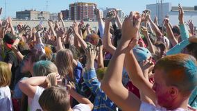 新西伯利亚,俄罗斯- 9月4,2016 :人们提高了他们的手和跳舞 股票录像