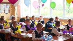 新西伯利亚,俄罗斯- 9月1,2016 :孩子在书桌学校 股票录像