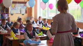 新西伯利亚,俄罗斯- 9月1,2016 :老师在学校教孩子 影视素材
