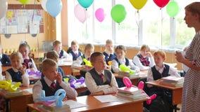 新西伯利亚,俄罗斯- 9月1,2016 :老师在学校教孩子 股票录像