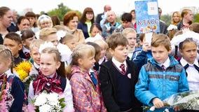 新西伯利亚,俄罗斯- 9月1,2016 :9月的1日孩子在学校附近 股票视频
