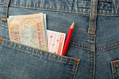 新西兰金钱和抽奖赌注在口袋滑倒 库存照片