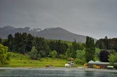 新西兰, Mt尼古拉斯看法从瓦卡蒂普湖的 免版税库存照片