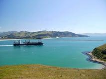 新西兰:集装箱船Otago港口groyne 库存照片