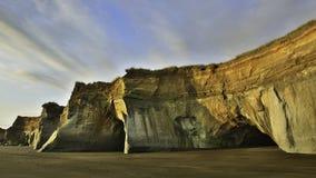 新西兰黑色沙子海滩峭壁 库存照片