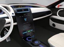 更新车软件接触汽车中央控制台 免版税库存图片