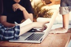 新运作公司概念 见面在办公室的商人对二 免版税库存照片