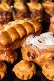 新近在小圆面包和面包店产品上添面包在桌上 免版税库存照片