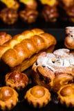 新近在小圆面包和面包店产品上添面包在桌上 图库摄影