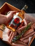 新近地做了未加工的屠户在皮肤的香肠用桑福德果树园苹果汁,德文郡,英国,2019年3月20日 免版税库存照片