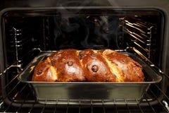 新近地做的家仍然烘烤了传统罗马尼亚圣诞节Xmas松糕cozonac以在烤箱前面的烘烤形式 免版税库存照片