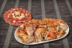 新近地吐烤猪肉肩膀切片服务与在被打褶的纸羊皮纸位置字块的开胃菜美味盘meze 免版税图库摄影