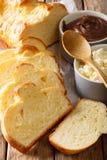新近地奶油蛋卷面包和乳脂干酪,巧克力奶油色宏指令 v 免版税图库摄影