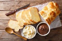 新近地奶油蛋卷面包和乳脂干酪,巧克力奶油 展望期 库存照片