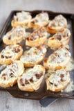 新近地烤面包冠上了与肝脏和乳酪 库存图片