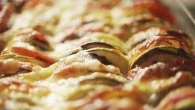 新近地烹调了自创ratatouille特写镜头,法国被炖的菜盘 股票视频