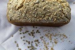 新近地煮熟的在家做的面包,与芝麻籽和向日葵 免版税库存照片