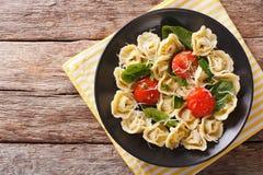 新近地煮熟的意大利式饺子用菠菜和巴马干酪在板材 免版税库存图片