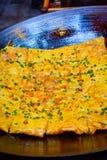 新近地煮熟的汉语Doupi冠上用在铁锅的被切的春天葱 库存图片