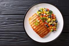 新近地煮熟的烤三文鱼内圆角用胡椒,玉米,蓝莓 免版税库存照片