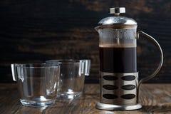 新近地煮的咖啡在木桌上的法国新闻中 库存照片