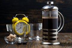 新近地煮的咖啡在法国新闻中早餐,特写镜头 免版税库存照片